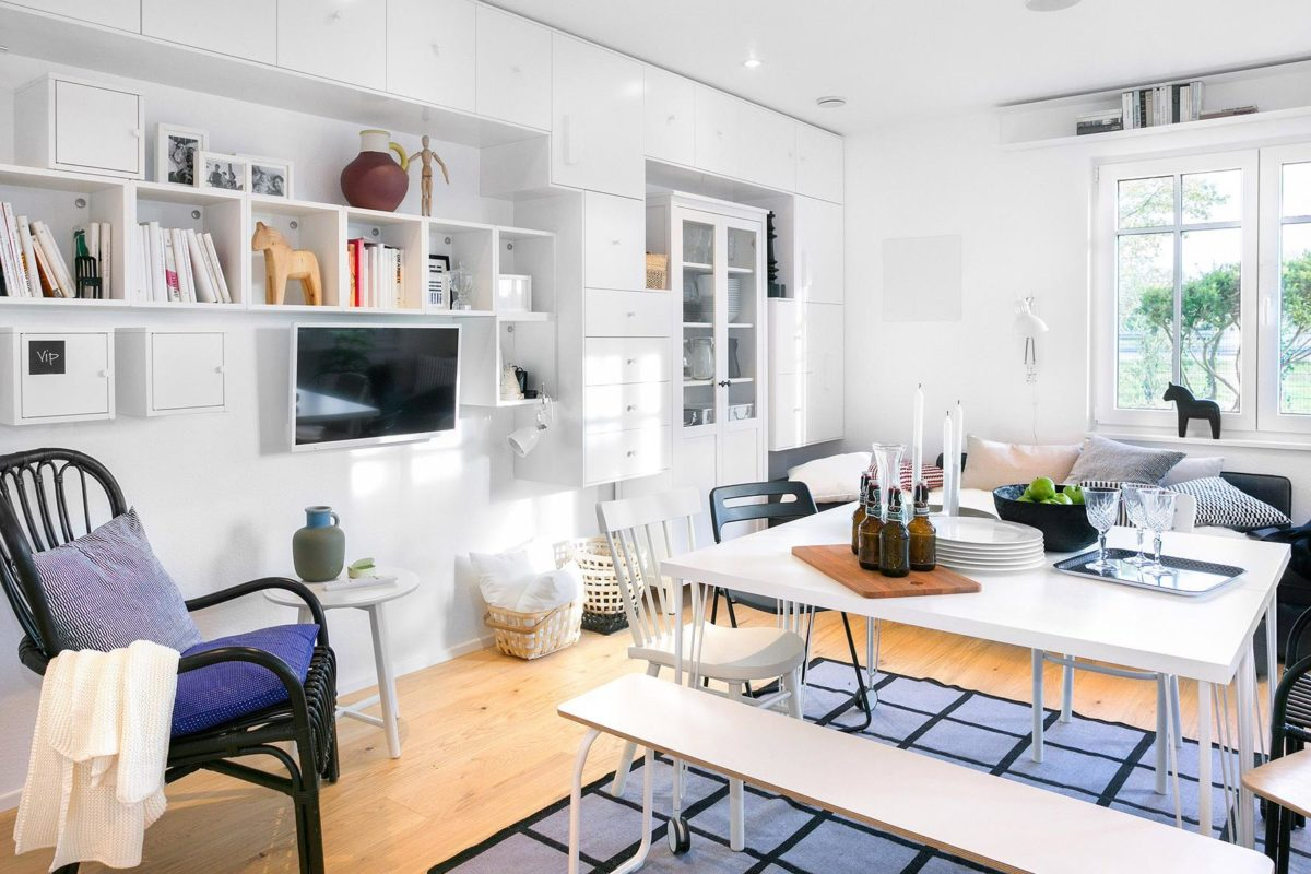 Green Living Space - Ein Küchenbereich mit einem Schreibtisch und einem Stuhl in einem Raum - SchworerHaus KG