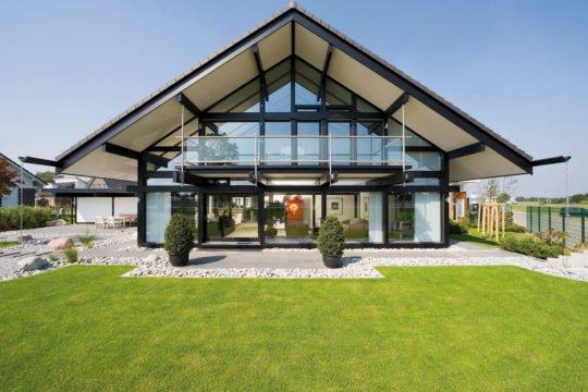 Art 5 Musterhaus - Eine große Wiese vor einem Haus - Huf Haus