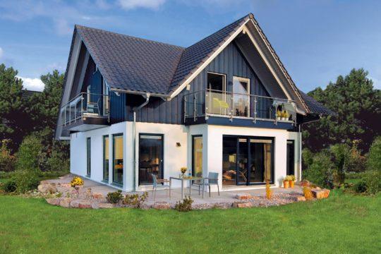 Musterhaus Offenburg - Eine große Wiese vor einem Haus - SchworerHaus KG