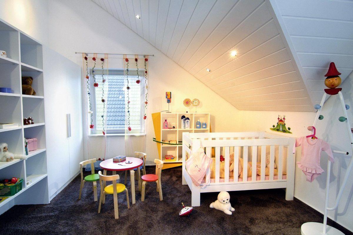 Musterhaus Offenburg - Ein Schlafzimmer mit einem weißen Kühlschrank mit Gefrierfach in einem Raum sitzen - SchworerHaus KG