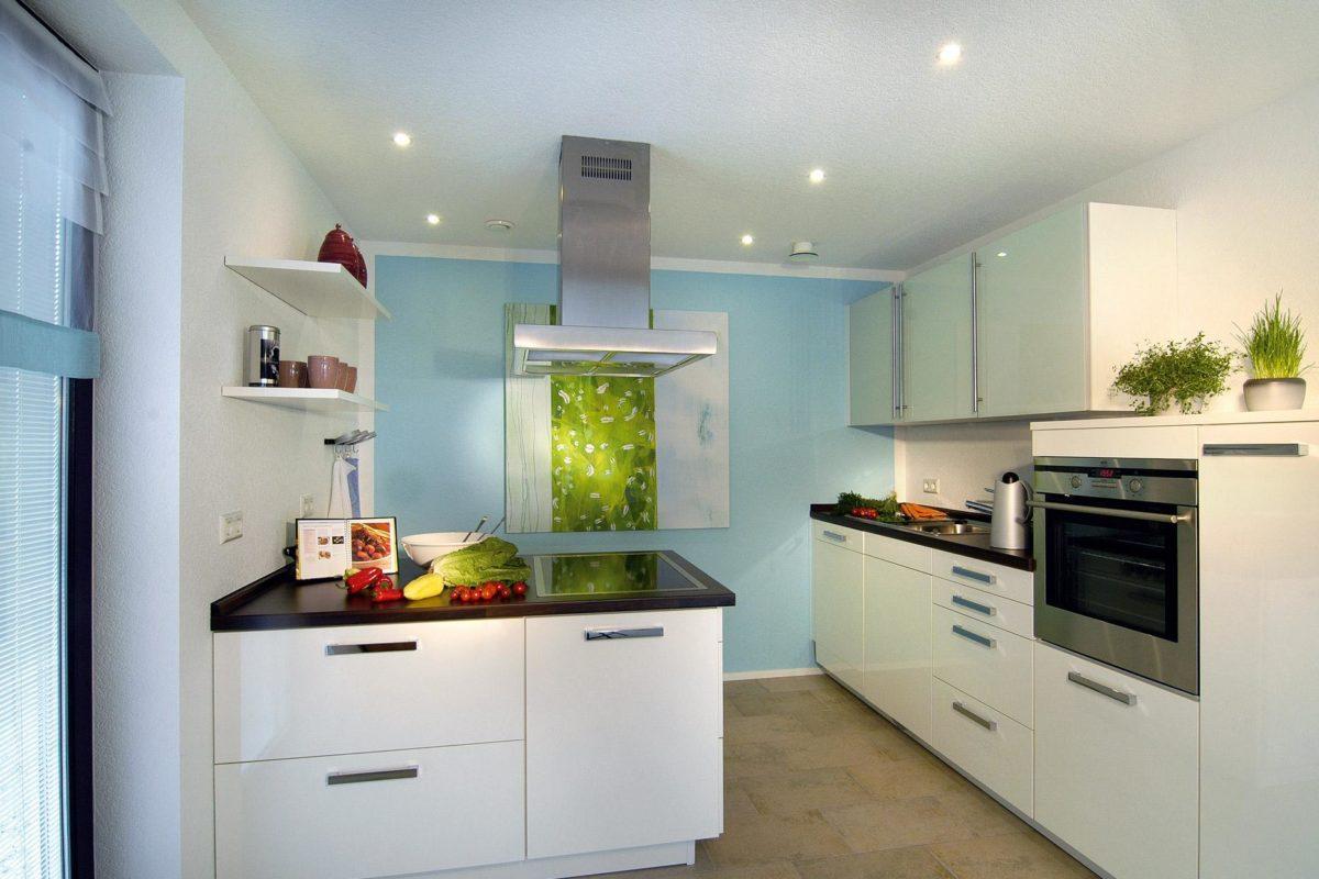 Musterhaus Offenburg - Ein weißer Kühlschrank mit Gefrierfach sitzt in einer Küche - SchworerHaus KG