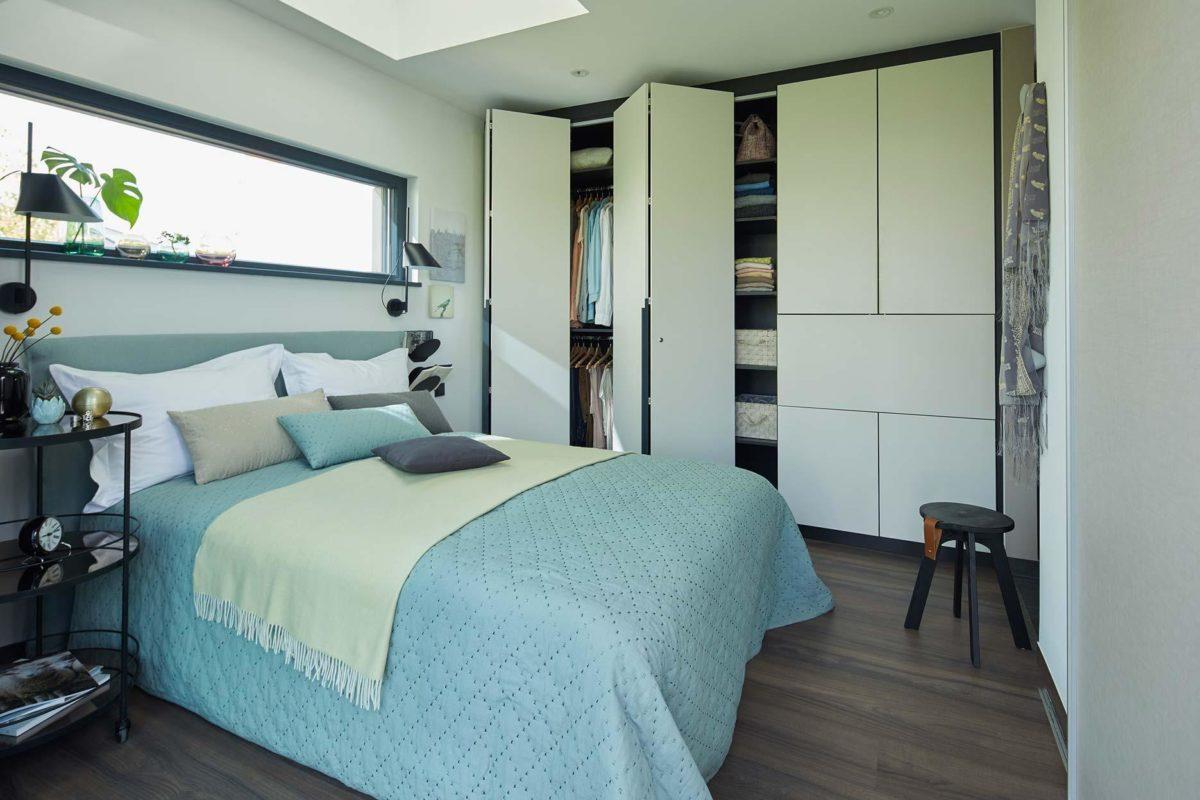 Wohnidee FlyingSpace - Ein Schlafzimmer mit einem Bett und einem Schreibtisch in einem Raum - SchworerHaus KG