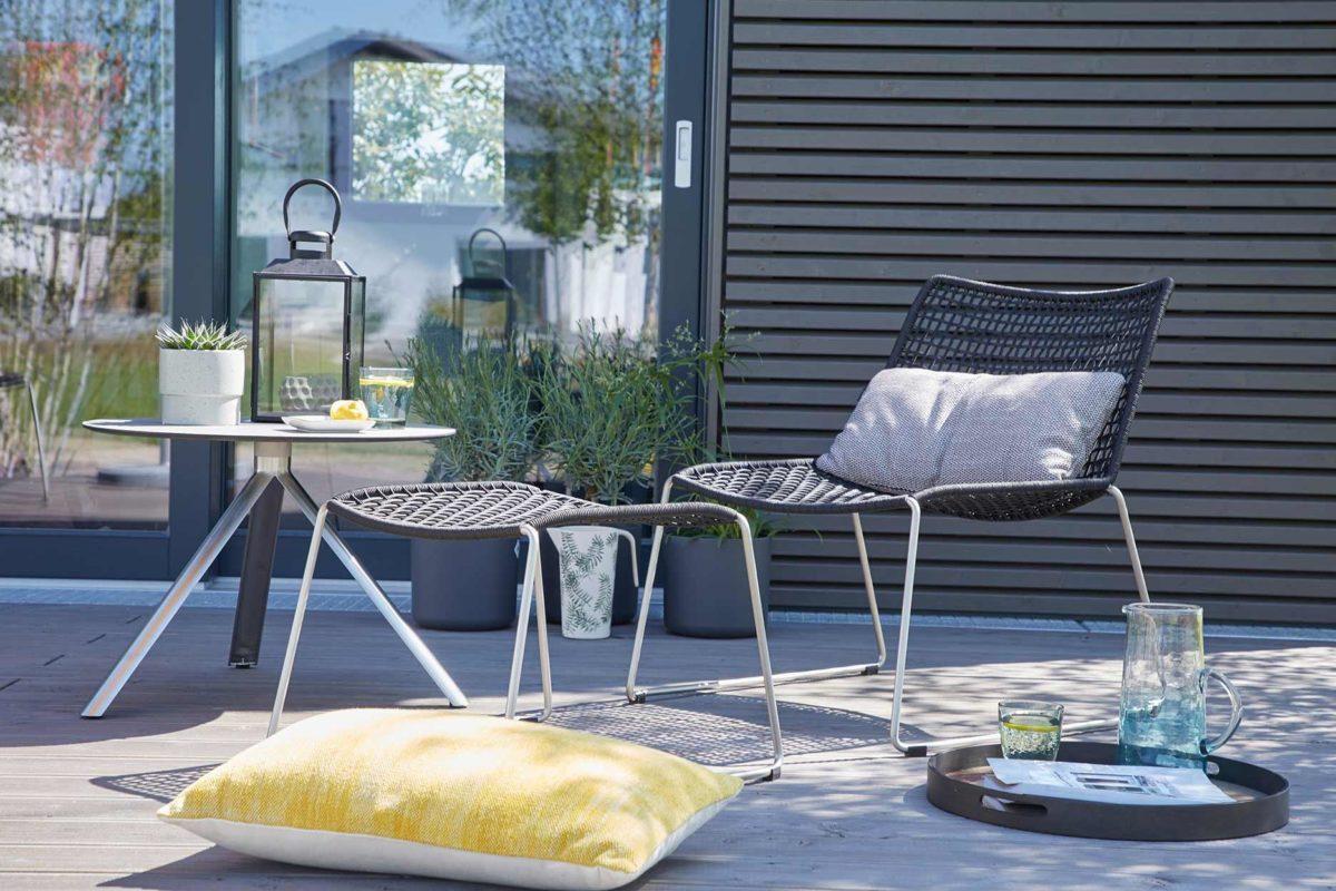 Wohnidee FlyingSpace - Ein Stuhl sitzt vor einem Fenster - SchworerHaus KG
