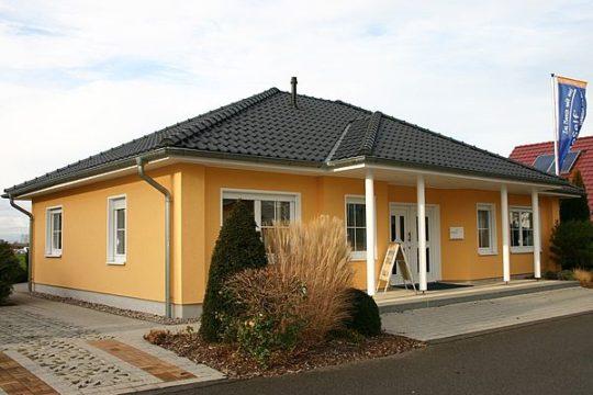 Automatisch gespeicherter Entwurf - Ein Haus, das ein Schild an der Seite eines Gebäudes hat - UNGER-Park Musterhausausstellung Leipzig