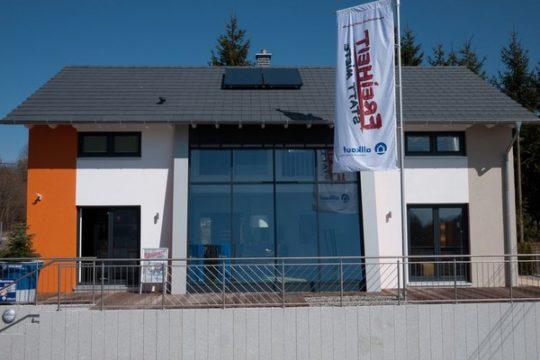 Automatisch gespeicherter Entwurf - Ein Haus, das ein Schild an der Seite eines Gebäudes hat - allkauf haus - Musterhaus Villingen-Schwenningen