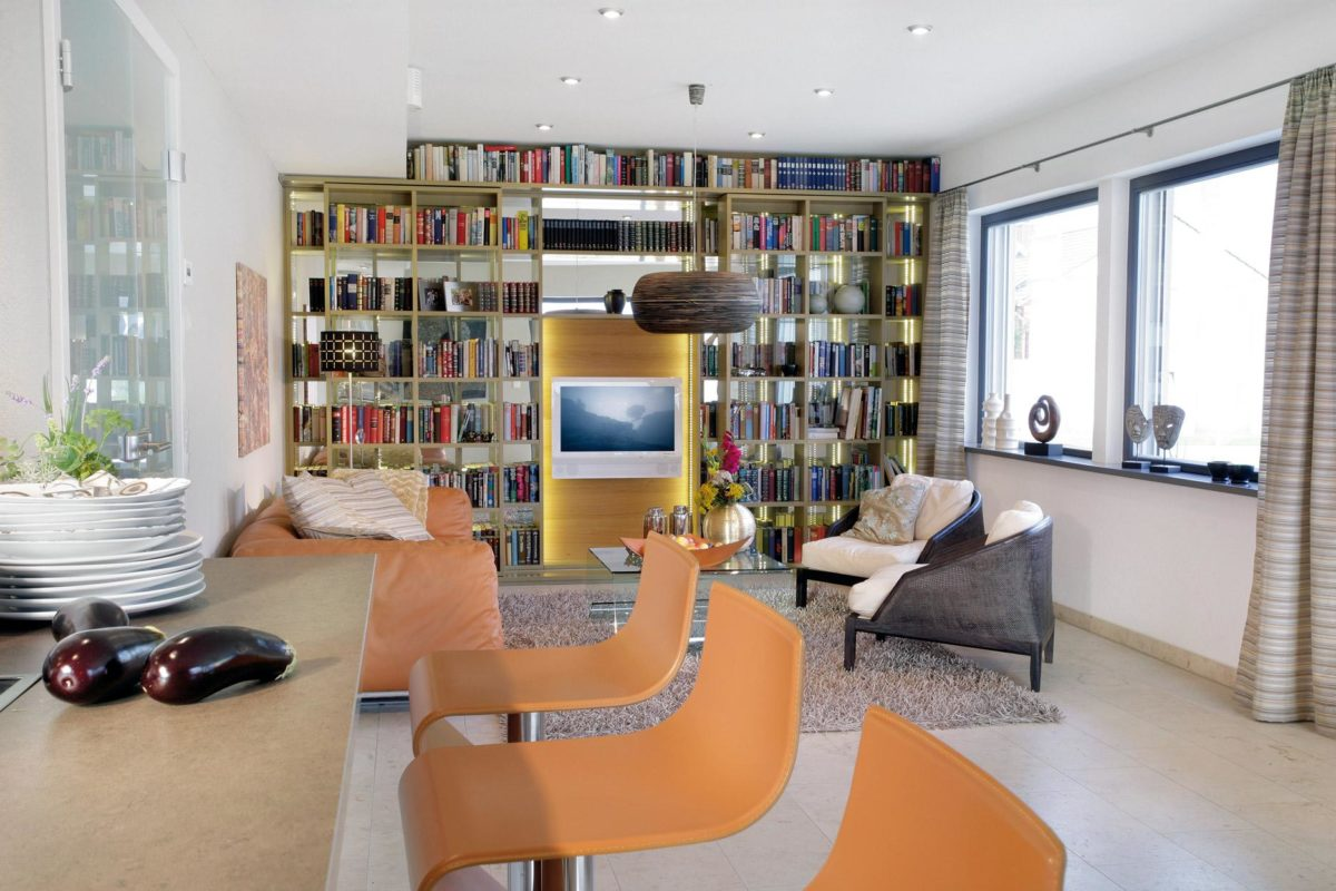 Automatisch gespeicherter Entwurf - Ein Wohnzimmer mit Möbeln und einem großen Fenster - SchworerHaus KG