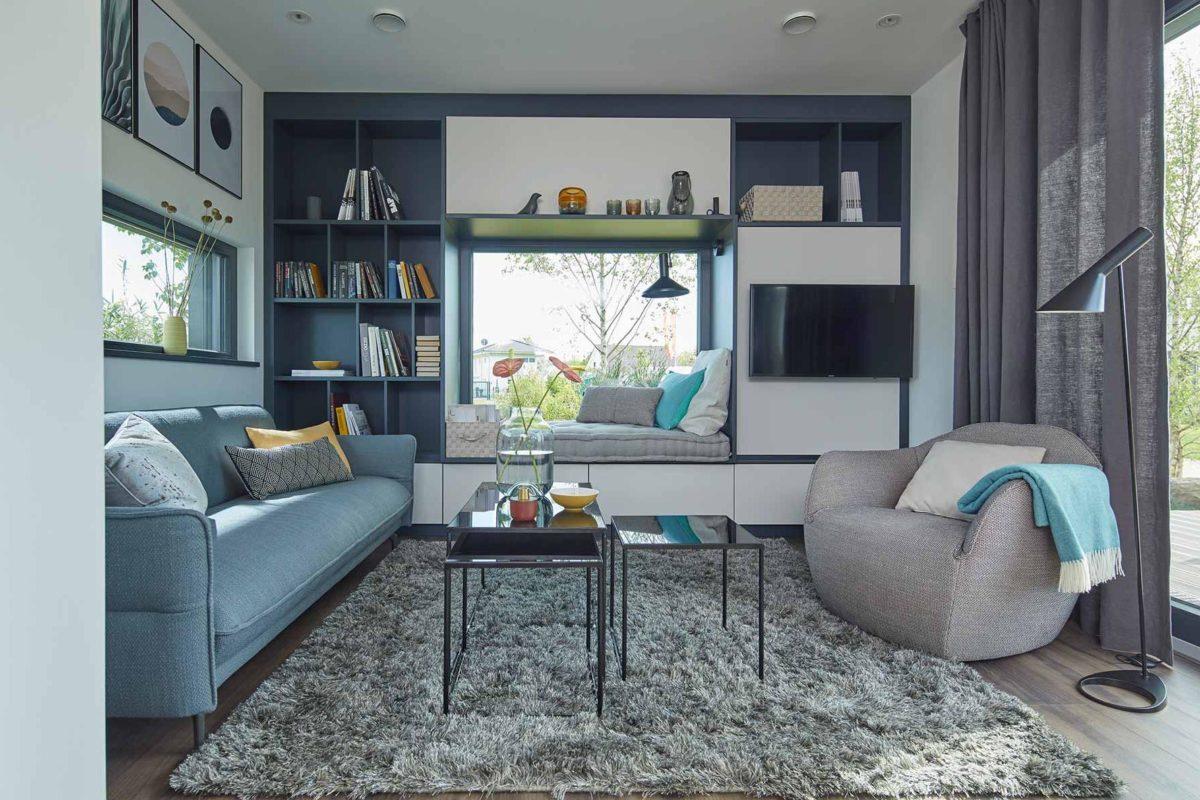 Wohnidee FlyingSpace - Ein Wohnzimmer mit Möbeln und einem großen Fenster - SchworerHaus KG