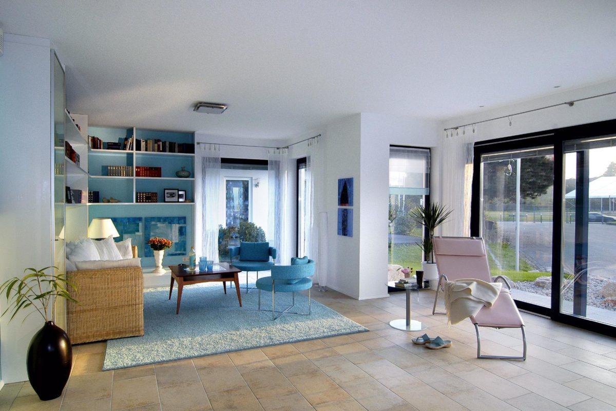 Musterhaus Offenburg - Ein Wohnzimmer mit Möbeln und einem großen Fenster - SchwörerHaus KG Musterhaus Offenburg