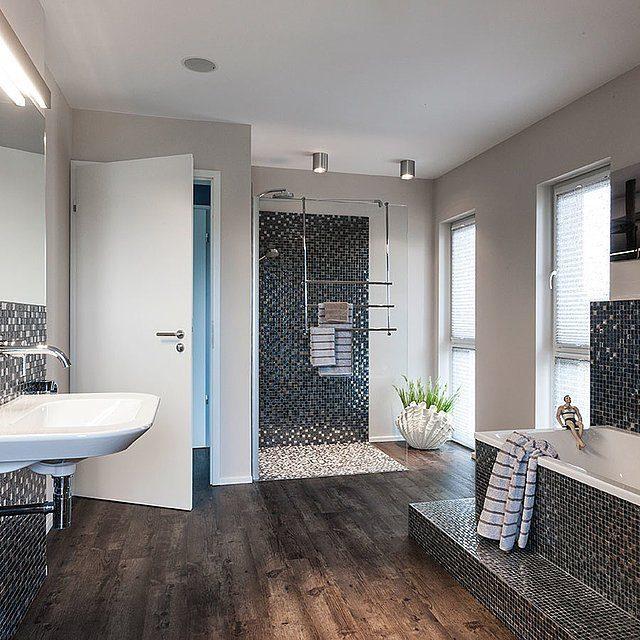 Automatisch gespeicherter Entwurf - Ein Wohnzimmer mit Möbeln und einem großen Fenster - Bad