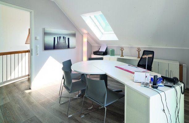 Prestige 3 - Ein Schreibtisch mit einem Computer und einem Stuhl in einem Raum - Haus