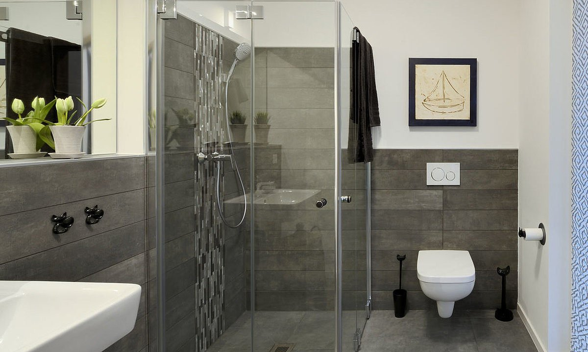 Automatisch gespeicherter Entwurf - Eine weiße Spüle sitzt unter einem Spiegel - Interior Design Services