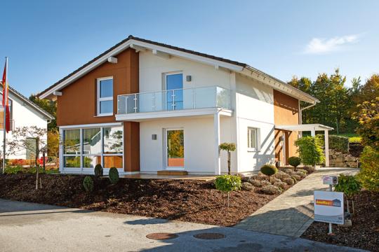 LIVING 127 - Ein Haus, das ein Schild an der Seite eines Gebäudes hat - Musterhaus