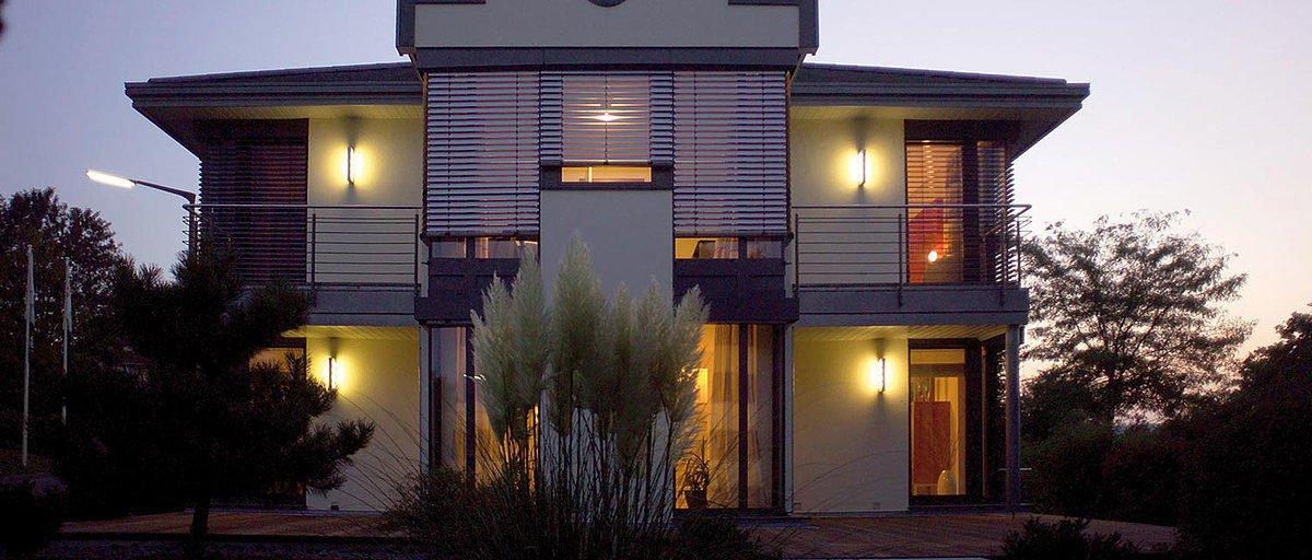 Automatisch gespeicherter Entwurf - Ein Haus, das ein Schild an der Seite eines Gebäudes hat - Effizienzhaus
