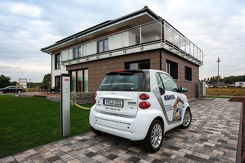 Automatisch gespeicherter Entwurf - Ein Auto vor einem Gebäude geparkt - Auto