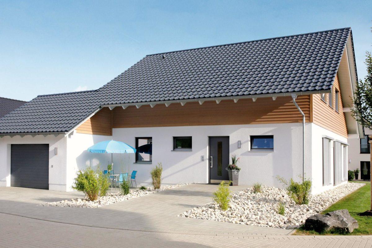 Musterhaus Hessdorf - Ein kleines haus auf einem parkplatz - Haus
