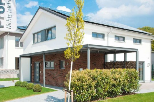 Automatisch gespeicherter Entwurf - Ein Haus, das ein Schild an der Seite eines Gebäudes hat - OKAL Musterhaus Wuppertal