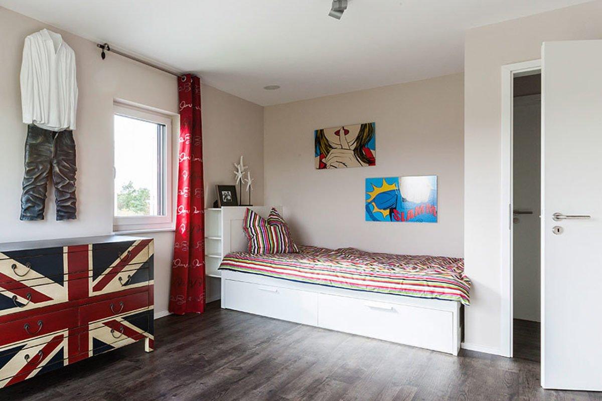 Stadtvilla Setros - Ein rot-weißes Mobiliar in einem Raum - Bodenbelag