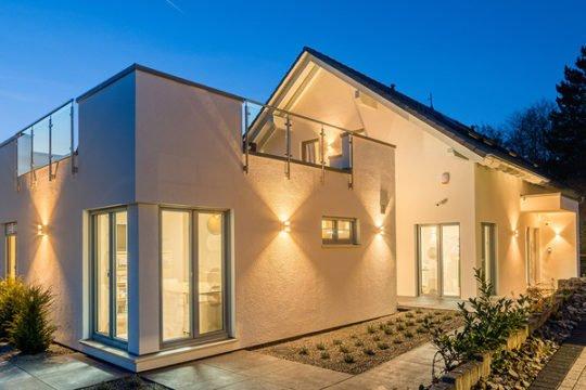Automatisch gespeicherter Entwurf - Ein großes weißes Gebäude - Haus zeigen