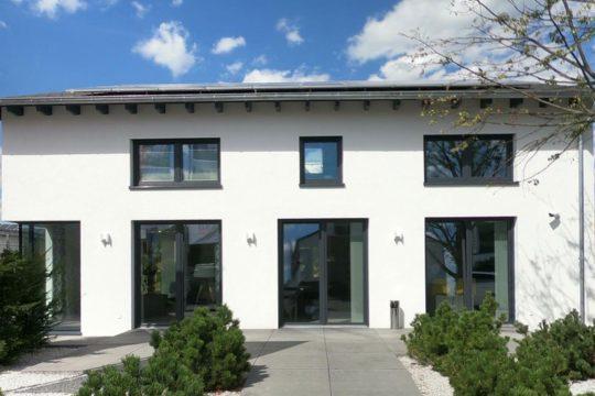 Automatisch gespeicherter Entwurf - Ein kleiner Glockenturm vor einem Haus - OKAL Musterhaus Mülheim-Kärlich / Koblenz