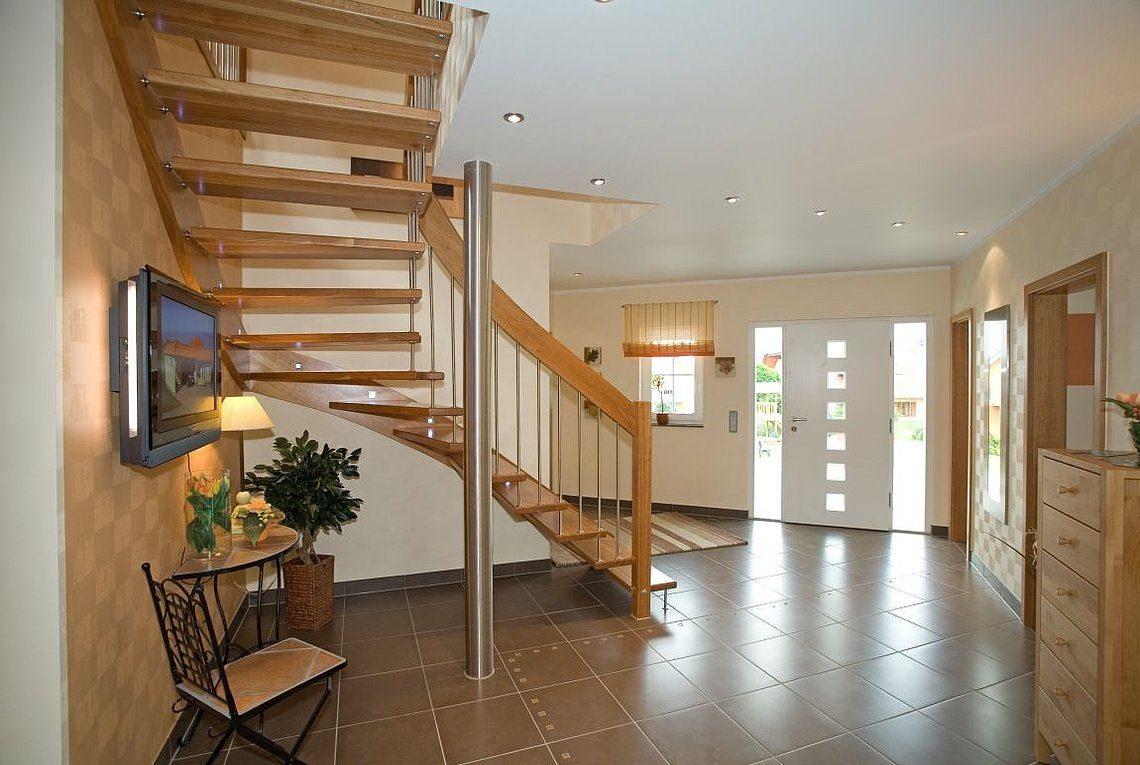 Musterhaus Riviera - Ein Raum voller Möbel auf einem Holzboden - Rensch Team Müller