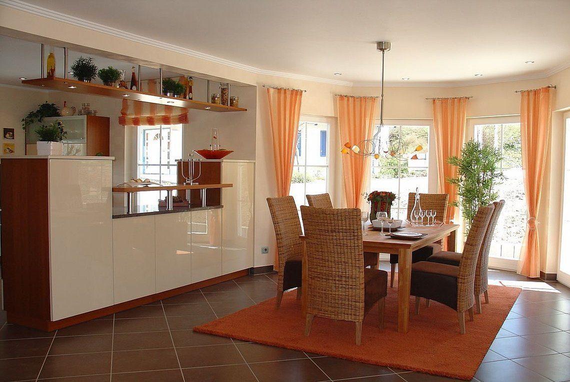 Musterhaus Riviera - Ein Wohnzimmer mit Möbeln und einem Kamin - Rensch Team Müller