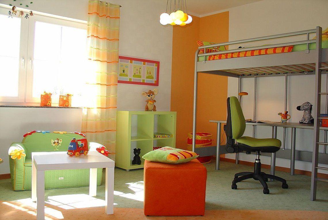 Musterhaus Riviera - Ein Schlafzimmer mit einem Bett und einem Schreibtisch in einem Raum - Rensch Team Müller