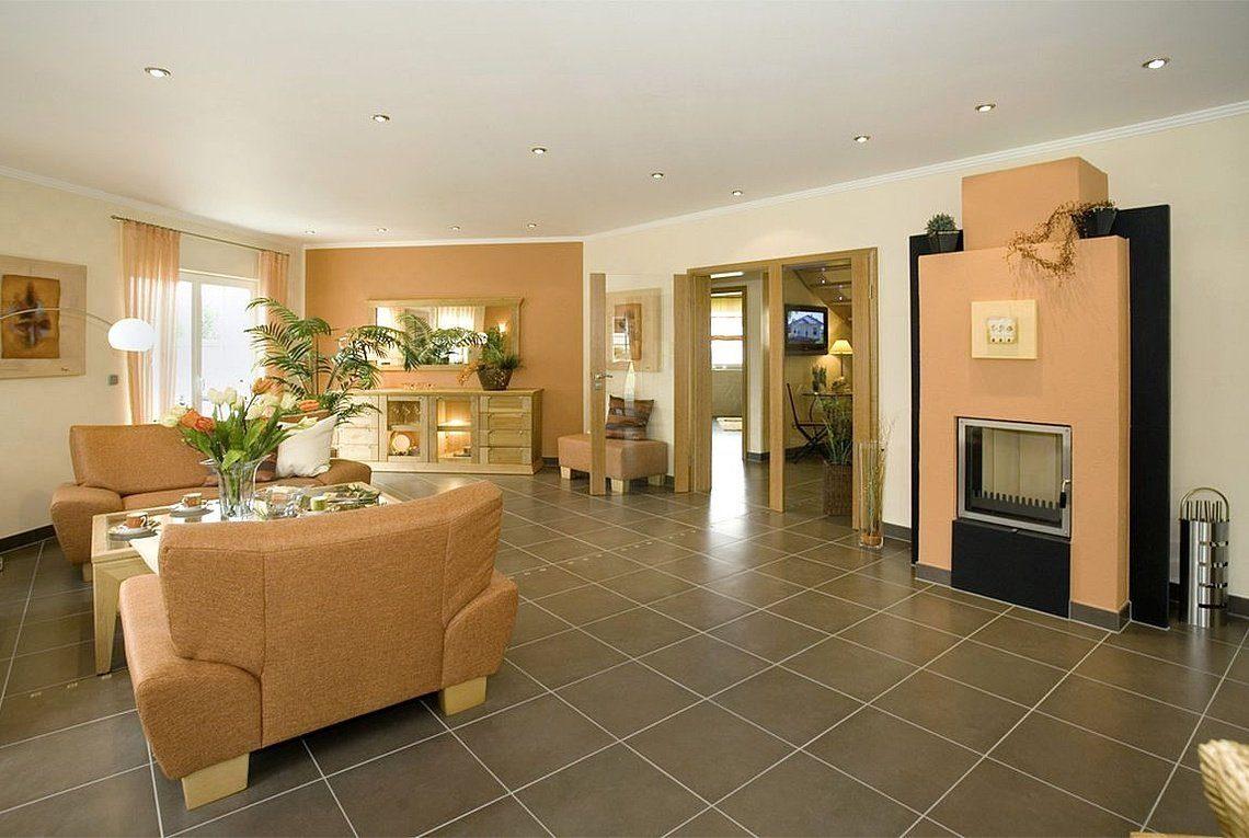 Musterhaus Riviera - Ein Wohnzimmer mit Möbeln und einem großen Spiegel - Rensch Team Müller