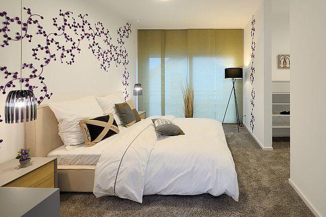 Stadtvilla SETROS 3.2010 - Ein großes weißes Bett in einem Raum - Schlafzimmer