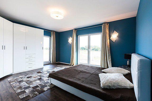 Stadtvilla Setros - Ein Schlafzimmer mit einem großen Bett in einem Hotelzimmer - Kamp