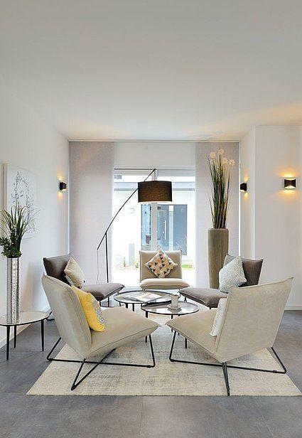Stadtvilla SETROS 3.2010 - Ein Wohnzimmer mit Möbeln und einem Kamin - Interior Design Services