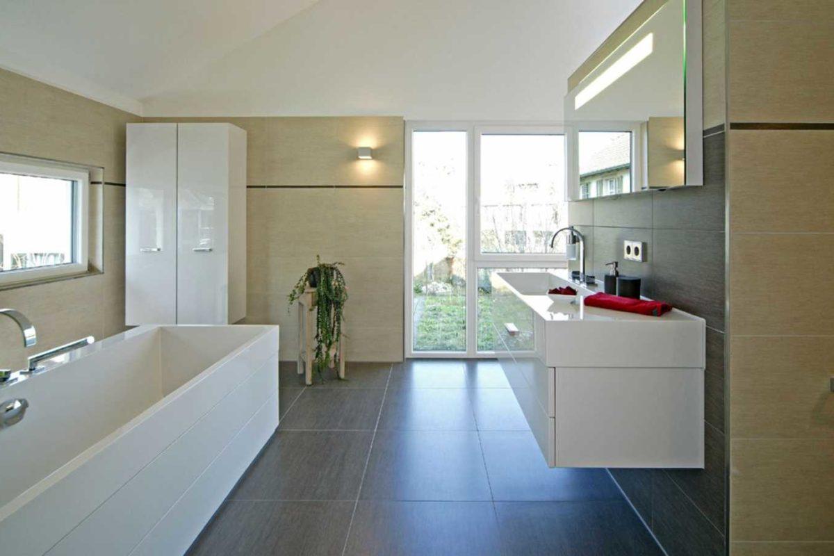 Musterhaus Villingen-Schwenningen - Eine große weiße Wanne neben einem Waschbecken - Fertighaus Weiss