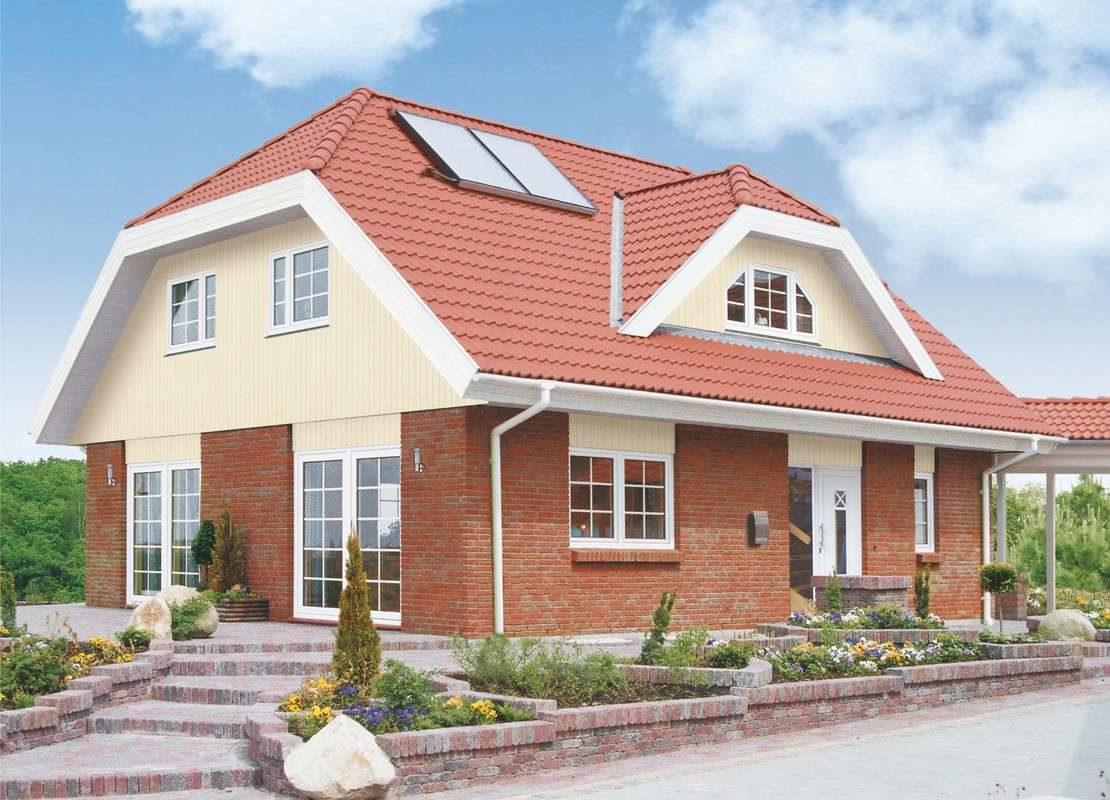 Automatisch gespeicherter Entwurf - Ein großes Backsteingebäude mit Gras vor einem Haus - Haus zeigen