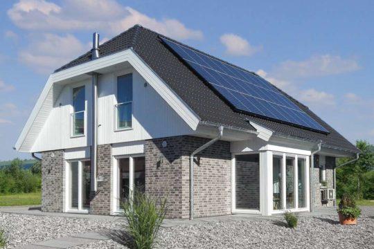 Automatisch gespeicherter Entwurf - Ein großes Backsteingebäude mit Gras vor einem Haus - Danhaus - Das 1Liter-Haus! in Mülheim-Kärlich