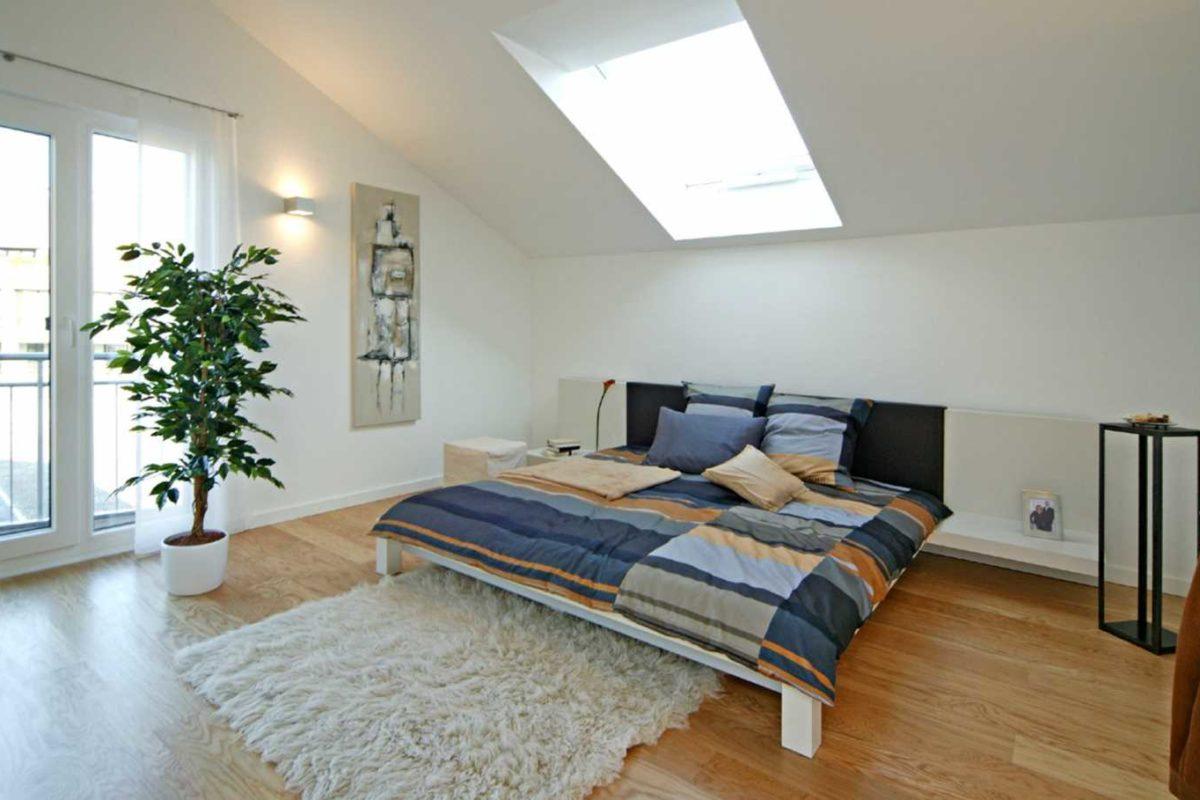 Musterhaus Villingen-Schwenningen - Ein Schlafzimmer mit einem großen Bett in einem Raum - Schlafzimmer