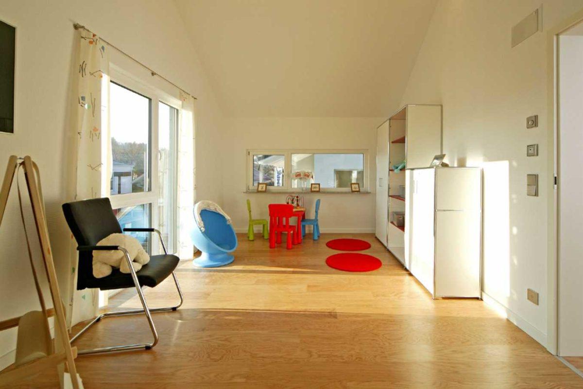 Musterhaus Villingen-Schwenningen - Ein wohnzimmer mit holzboden - Fußboden