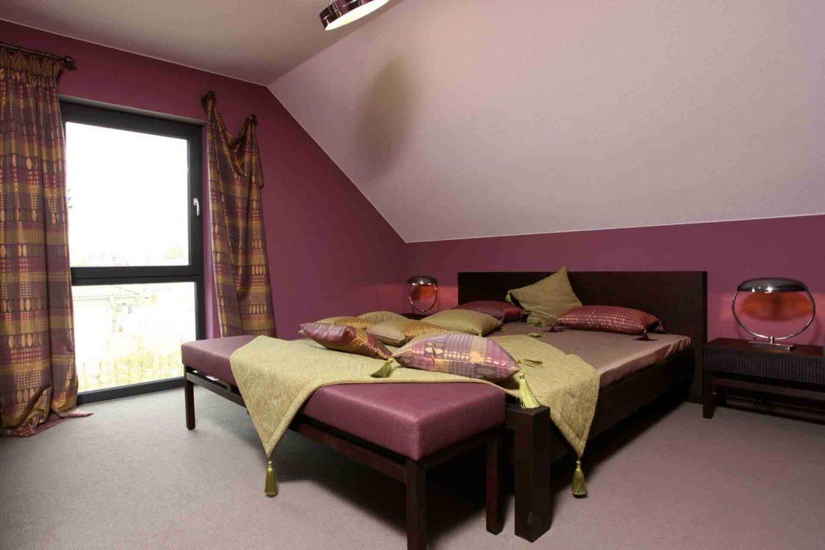 Automatisch gespeicherter Entwurf - Ein Schlafzimmer mit einem Bett und einem Stuhl in einem Raum - Schlafzimmer