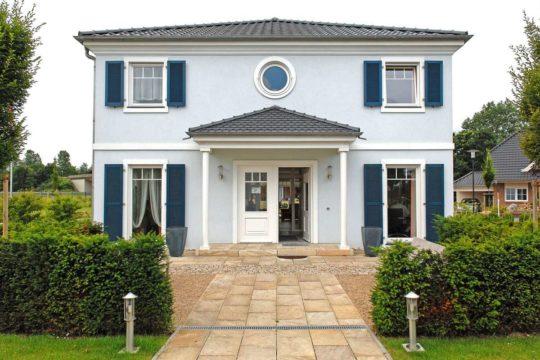 Villa 207 - Ein Haus mit Büschen vor einem Backsteingebäude - Haus