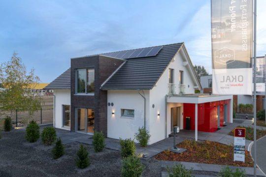 Musterhaus Hannover - Ein kleines haus auf einem parkplatz - Haus