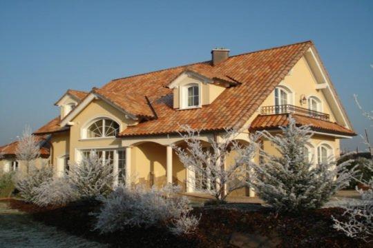 Villa Mülheim-Kärlich - Ein Haus mit Bäumen vor einem Backsteingebäude - Haus