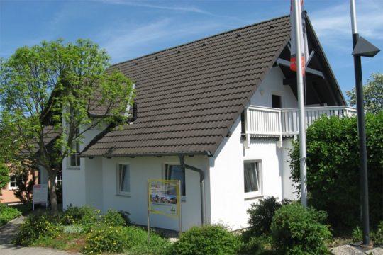 Haus Chemnitz - Ein haus mit büschen vor einem gebäude - Haus