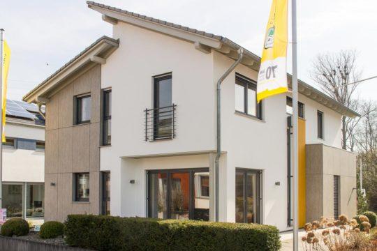 Automatisch gespeicherter Entwurf - Ein gelbes haus im hintergrund - Haus