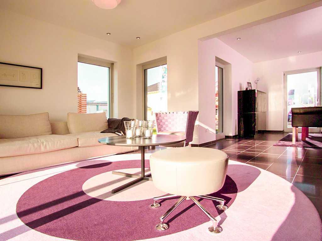 Automatisch gespeicherter Entwurf - Ein Hotelzimmer mit einem Bett und einem Tisch - Wohnzimmer