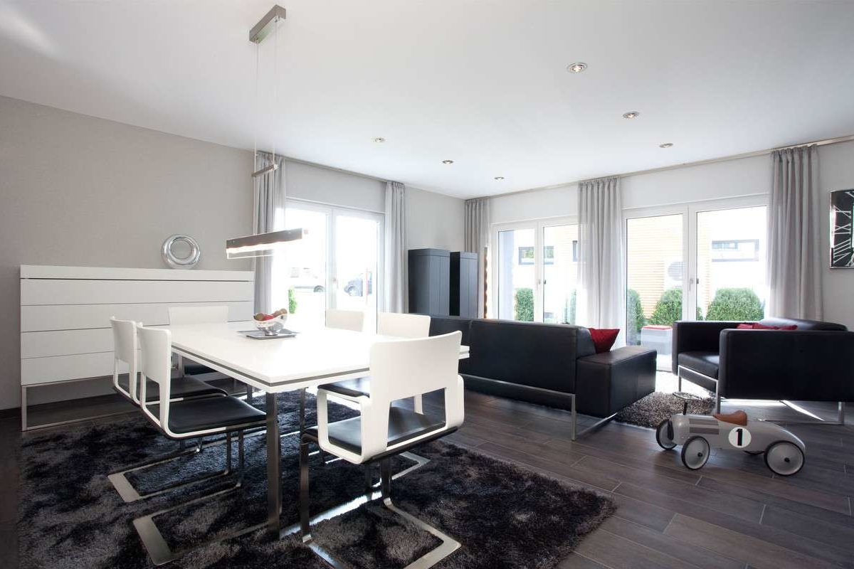 Automatisch gespeicherter Entwurf - Ein Wohnzimmer mit Möbeln und einem großen Fenster - Haus
