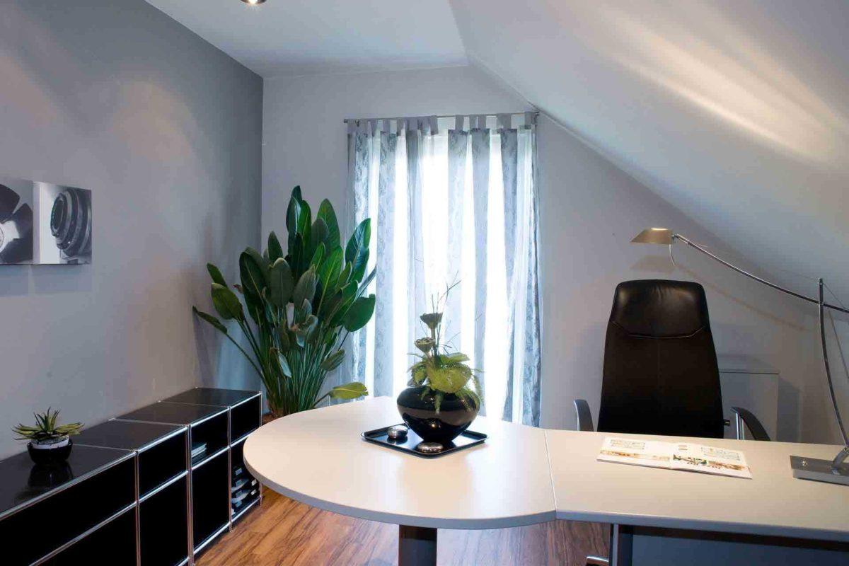 Musterhaus Jazz - Eine Blumenvase auf einem Tisch - Interior Design Services