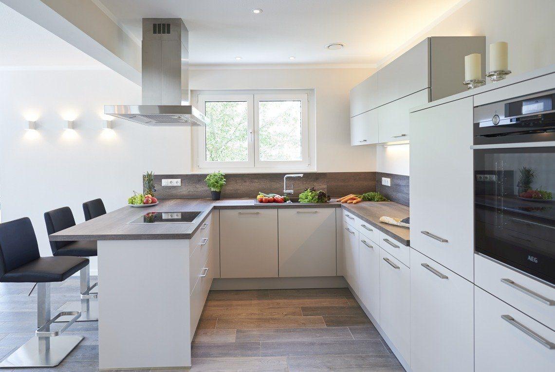 Musterhaus Stockholm - Eine Küche mit einer Insel mitten in einem Raum - RENSCH-HAUS Musterhaus-Standort Leipzig