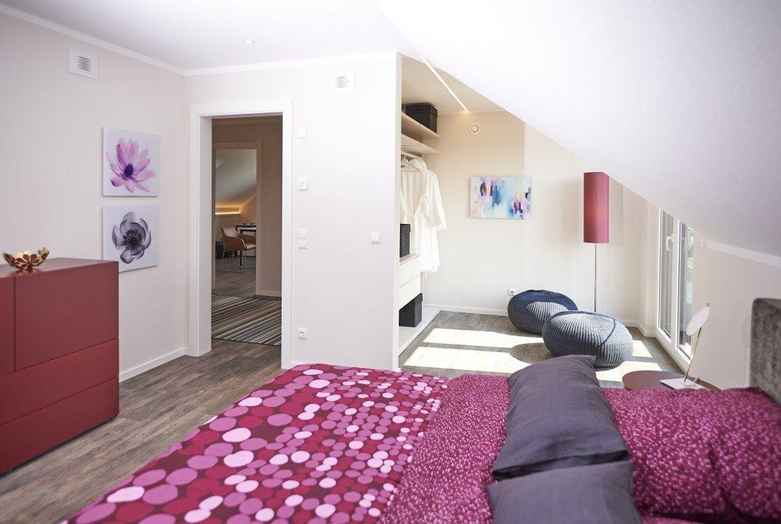 Musterhaus Stockholm - Ein Schlafzimmer mit einem Bett in einem Raum - RENSCH-HAUS Musterhaus-Standort Leipzig