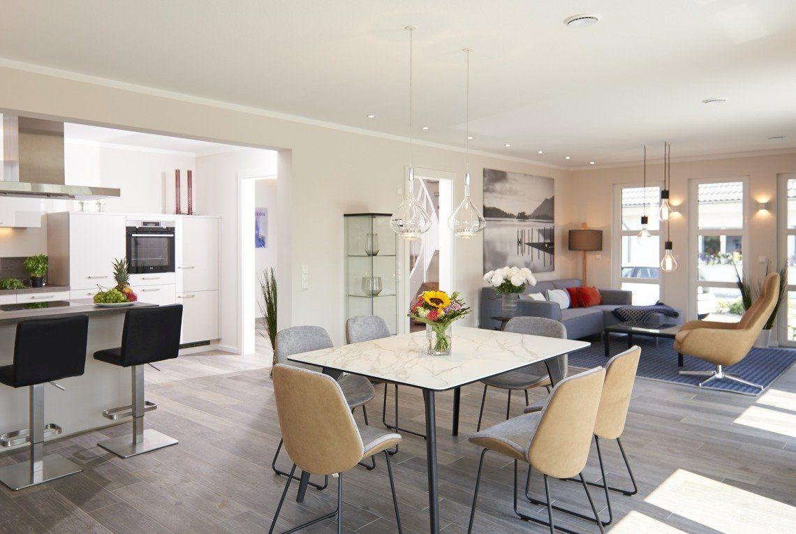 Musterhaus Stockholm - Ein Wohnzimmer mit Möbeln und einem großen Fenster - RENSCH-HAUS Musterhaus-Standort Leipzig