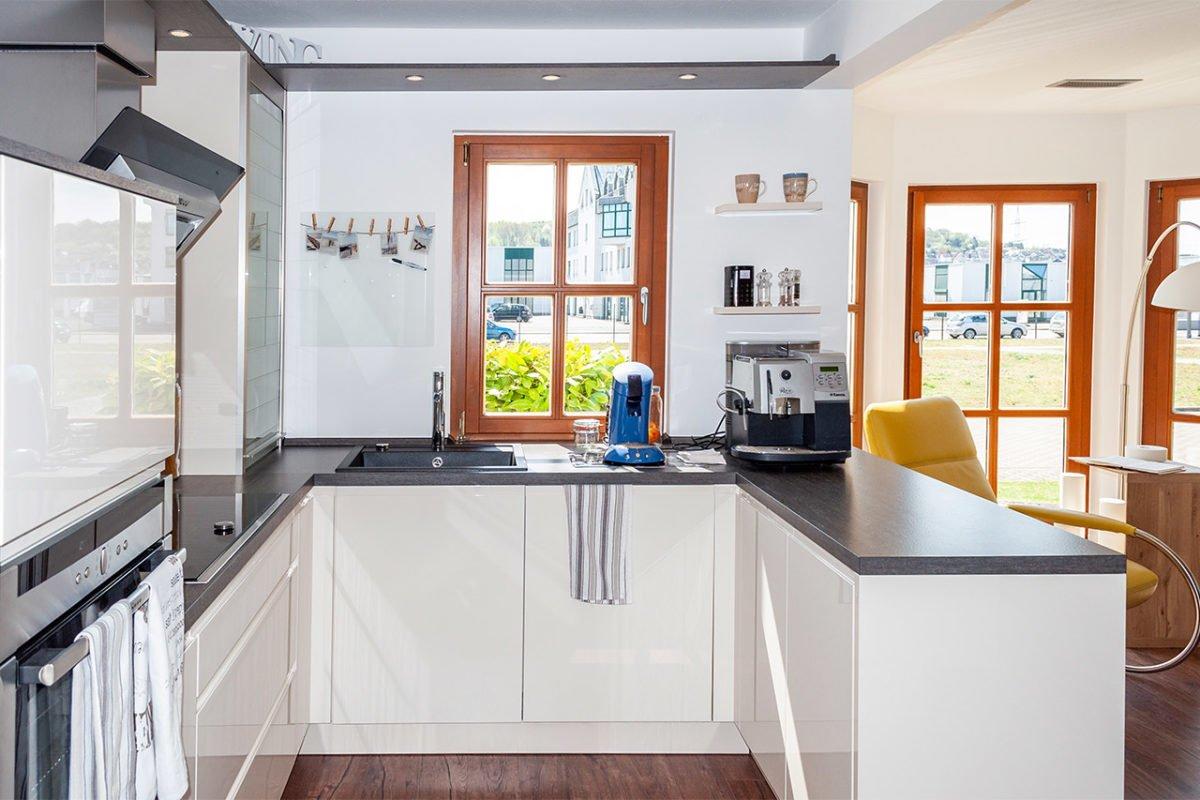 Automatisch gespeicherter Entwurf - Eine küche mit waschbecken und fenster - Küche