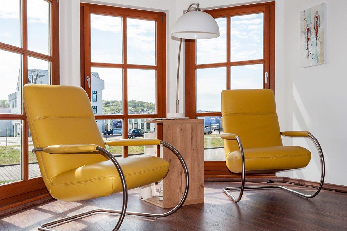 Automatisch gespeicherter Entwurf - Ein Stuhl sitzt vor einem Fenster - Interior Design Services