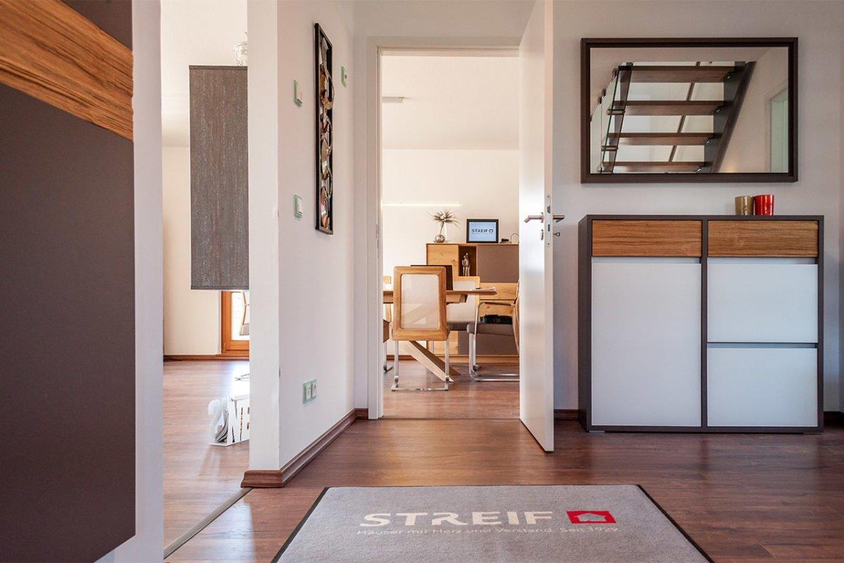 Streif Family - Eine Ansicht eines Wohnzimmers mit Holzfußboden - Interior Design Services